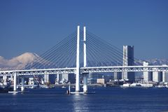 Passerelle de compartiment de Yokohama, Mt. Fuji, et une construction Images libres de droits