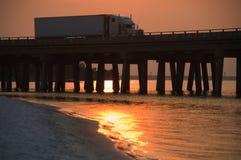 Passerelle de croix de camion dans le coucher du soleil Photo stock