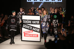 Passerelle de DB Berdan en Mercedes-Benz Fashion Week Istanbul Photos libres de droits