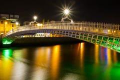 Passerelle de demi-penny à Dublin la nuit Images stock