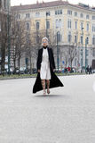 Passerelle de exécution hiver 2015 2016 d'automne de streetstyle de semaine de mode de Milan, Milan de tol de Linda Image stock
