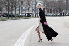 Passerelle de exécution hiver 2015 2016 d'automne de streetstyle de semaine de mode de Milan, Milan de tol de Linda Photos libres de droits