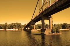 Passerelle de fleuve au coucher du soleil Photographie stock libre de droits