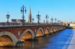 Passerelle de fleuve de Bordeaux avec la cathédrale de rue Michel Photographie stock