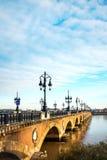 Passerelle de fleuve de Bordeaux avec la cathédrale de rue Michel Photographie stock libre de droits