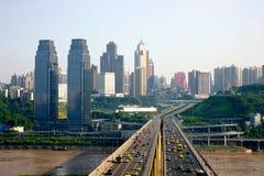 Passerelle de fleuve de Chongqing le Yang Tsé Kiang et le double-trac Photos stock