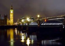 Passerelle de grand Ben et de Westminster la nuit Photographie stock libre de droits