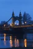Passerelle de Hammersmith en soirée Image stock
