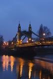 Passerelle de Hammersmith en soirée Images stock