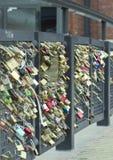 Passerelle de l'amour à Helsinki, Finlande Images stock