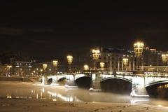 Passerelle de l'hiver la nuit images libres de droits