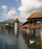 Passerelle de la chapelle de Luzerne avec le cygne Photos stock