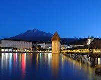 Passerelle de la chapelle de Luzerne la nuit Photos libres de droits