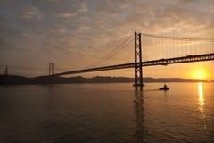 Passerelle de Lisbonne au coucher du soleil Images stock