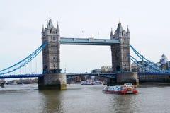Passerelle de Londres au-dessus de fleuve de Tamise Images libres de droits