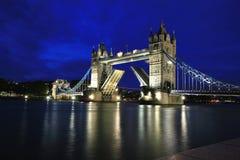 Passerelle de Londres la nuit Image stock