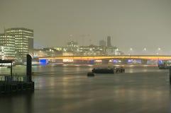 Passerelle de Londres la nuit Images stock