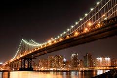 Passerelle de Manhattan la nuit Photographie stock