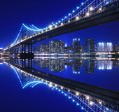 Passerelle de Manhattan la nuit Images stock