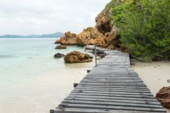 Passerelle de marche en bois de vieux cru au-dessus de l'eau de mer Photographie stock libre de droits