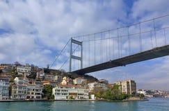 Passerelle de Mehmet de sultan de Fatih au-dessus de voisinage de Hisarustu, Istanbul, Turquie Photo libre de droits