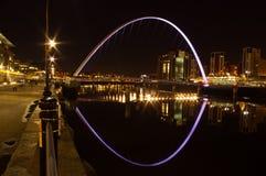 Passerelle de millénium de Gateshead la nuit Image libre de droits
