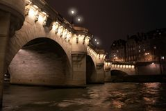 Passerelle de neuf de Pont par nuit, Paris, France Photos stock