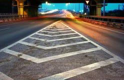 Passerelle de nuit avec la jonction d'annonce de route Photo stock