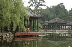 Passerelle de palais d'été au-dessus de l'eau Lillies Photos libres de droits