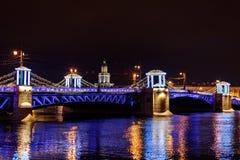 Passerelle de palais la nuit St Petersburg, Russie photographie stock