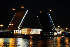 Passerelle de palais. St Petersburg, Russie Photos stock