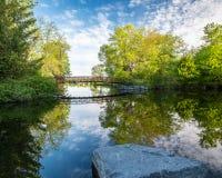 Passerelle de parc de Beavermead et réflexion parfaite image libre de droits