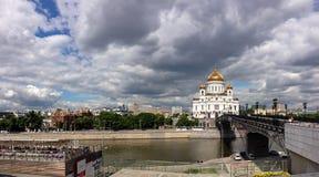 Passerelle de Patriarshy et cathédrale du Christ le sauveur Image libre de droits