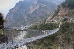 Passerelle de pied de suspension en Himalaya, Népal Photographie stock libre de droits