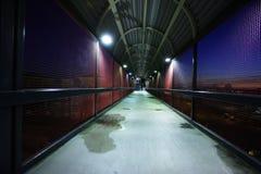 Passerelle de pied la nuit Photos stock
