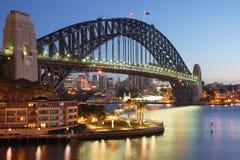 Passerelle de port de Sydney au lever de soleil Images libres de droits