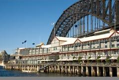 Passerelle de port de Sydney et hôtel de luxe Photo stock