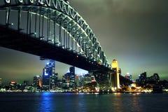 Passerelle de port de Sydney la nuit Images libres de droits