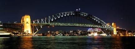 Passerelle de port de Sydney par Night Photographie stock libre de droits