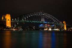 Passerelle de port de Sydney par nuit Photographie stock libre de droits