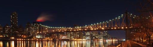 Passerelle de Queensboro la nuit images libres de droits