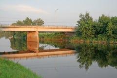 Passerelle de réflexion sur un fleuve. Image stock