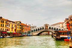 Passerelle de Rialto (Ponte Di Rialto) un jour ensoleillé Photographie stock libre de droits
