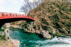 Passerelle de Shinkyo à Nikko, Japon 11/01, pont sacré de rouge à Nikko Photographie stock libre de droits