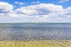 Passerelle de Skyway de soleil au-dessus de Tampa Bay Images stock