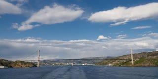 Passerelle de suspension à travers le fjord en Norvège Images stock