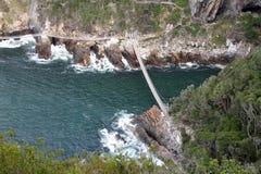 Passerelle de suspension au-dessus de fleuve Photographie stock libre de droits