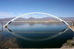 Passerelle de suspension au-dessus de lac theodore Roosevelt Photographie stock libre de droits
