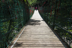 Passerelle de suspension en bois de jungle de corde d'aventure Photographie stock libre de droits