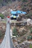 Passerelle de suspension en route à Everest, Himalaya Image stock